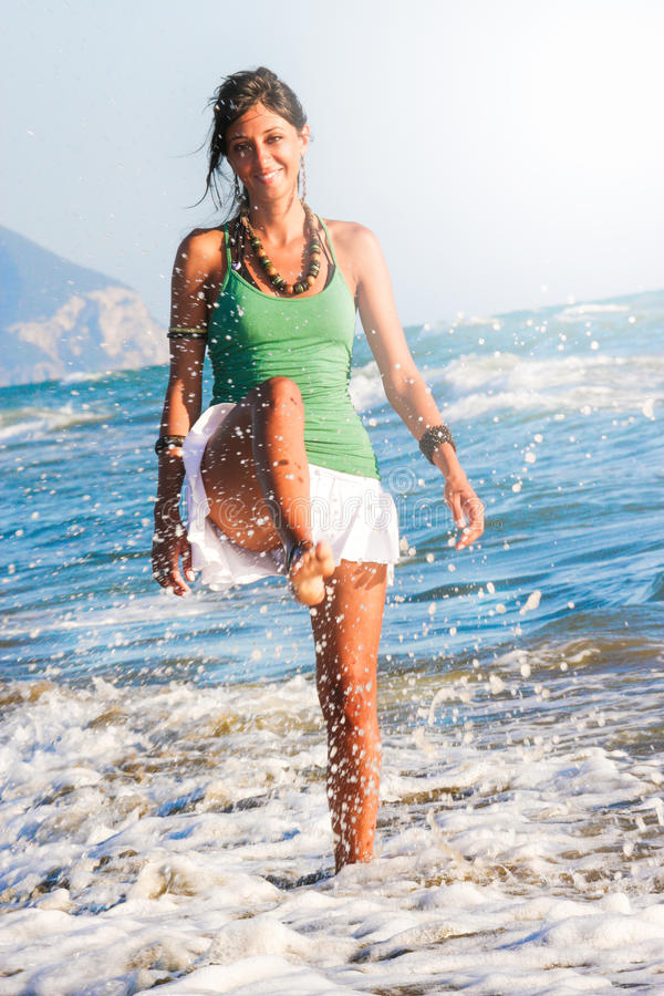 Freudensommer Mädchen, das auf der Küste spielt Meer und Feiertage stockbilder