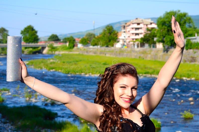 Freudig erregt glückliche elegante Mädchen Bulgarien-Landschaft lizenzfreies stockfoto