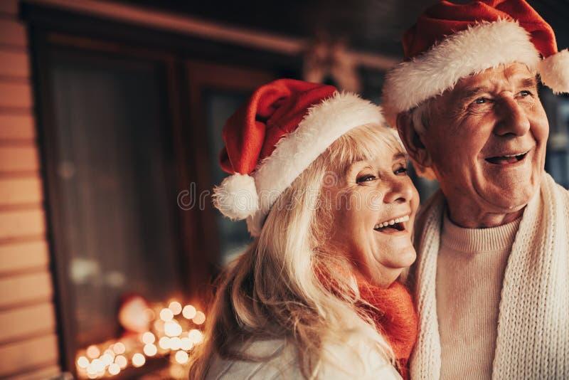 Freudiges älteres Paar, das zusammen Weihnachtszeit verbringt lizenzfreie stockfotografie
