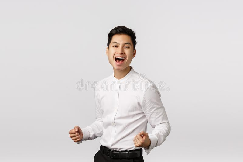 Freuen Sie sich auf erfolgreiche, junge asiatische Geschäftsleute-Clench-Fäuste, pumpen sie hoch und lächeln Sie, sagen Sie ja, f lizenzfreies stockbild
