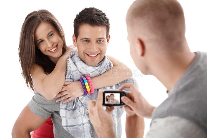 Freund, der Foto der glücklichen Paare nimmt lizenzfreie stockfotos