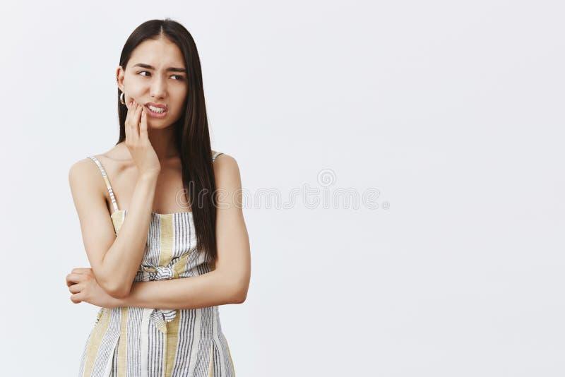 Freund fouond heraus über Kratzer auf Auto Nervöses gestörtes attraktives und modernes weibliches Modell in zusammenpassender Aus stockfotos