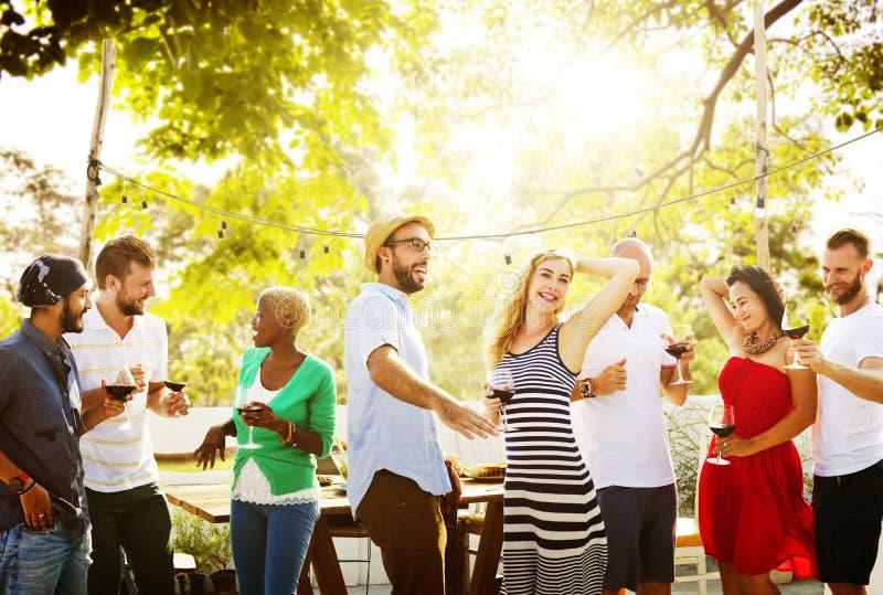 Freund-Freundschaft, welche die Feier heraus hängt Konzept speist lizenzfreie stockbilder