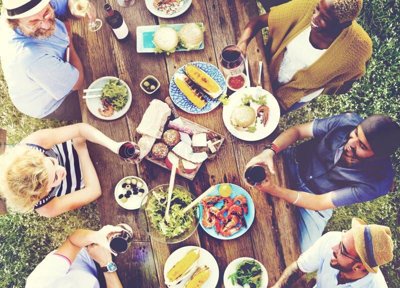 Freund-Freundschafts-speisendes Leute-Konzept im Freien lizenzfreie stockfotografie