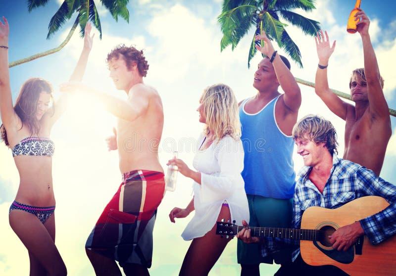Freund-Partei-Sommer-Tanzen-Strand-Konzept stockbild