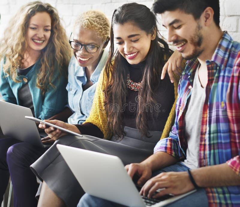 Freund-Verbindungs-Digital-Gerät-Technologie-Netz-Konzept lizenzfreies stockbild