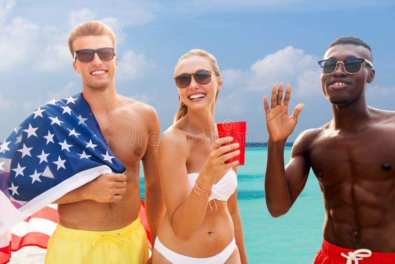 Freunde am amerikanischen Unabh?ngigkeitstagstrandfest stockbild