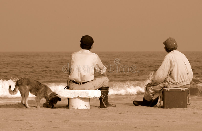 Freunde auf dem Strand lizenzfreie stockfotografie