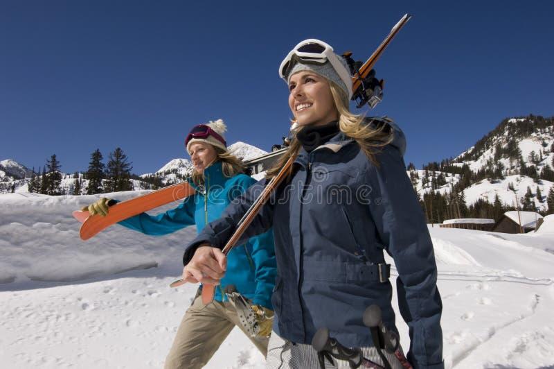 Freunde auf Schnee mit Ski Boards stockbilder