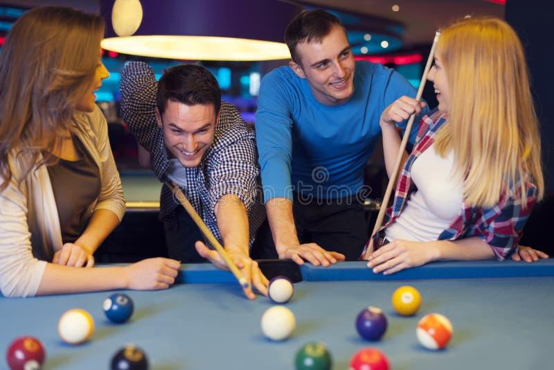 Freunde in billard Verein stockfotos