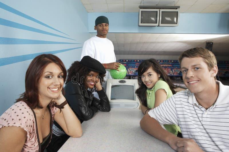 Freunde an der Bowlingbahn stockfotos