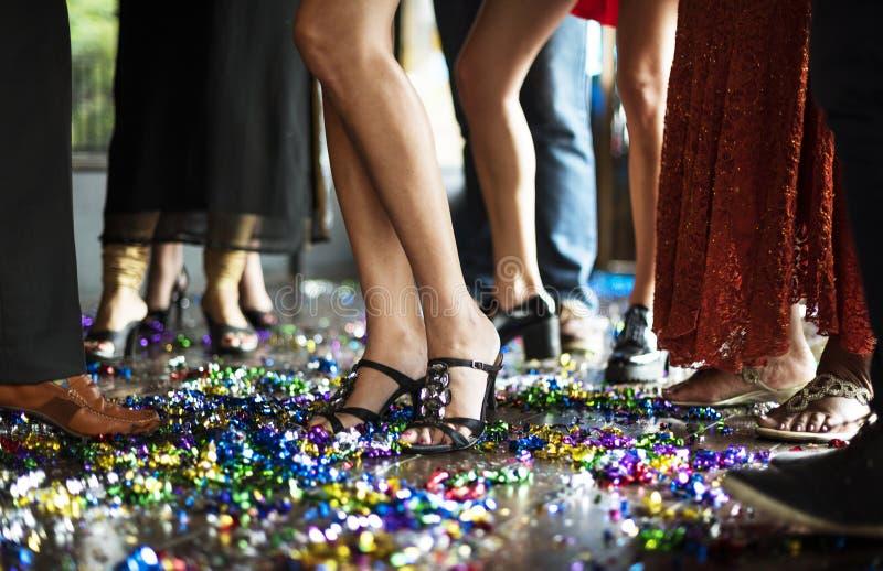 Freunde, die auf dem Tanzboden feiern stockbild