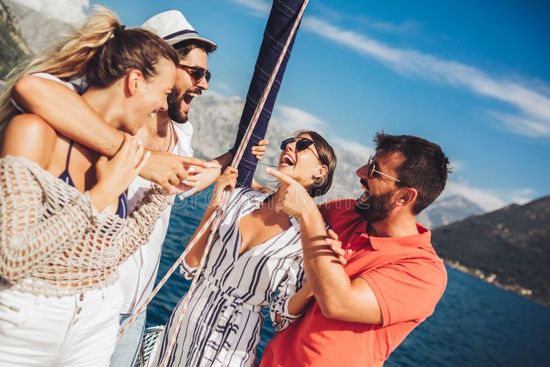 Freunde, die auf Yacht segeln Ferien, Reise, Meer, Freundschaft und Leutekonzept stockbild