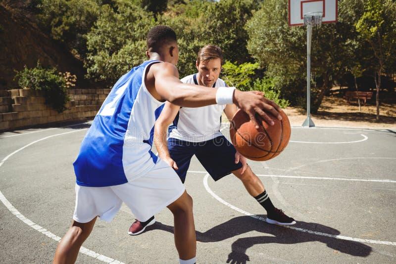 Freunde, die Basketball spielen lizenzfreie stockbilder