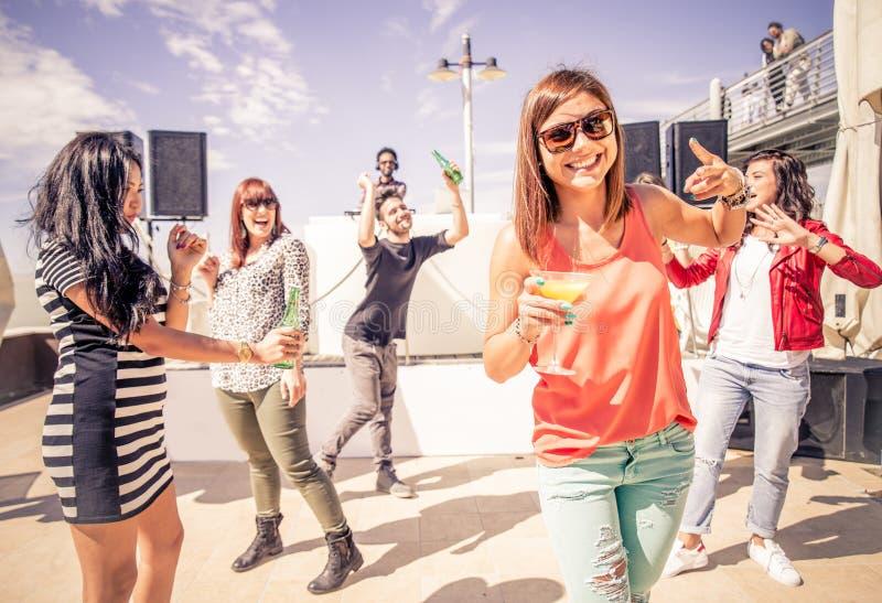 Freunde, die an der Partei tanzen lizenzfreie stockfotos