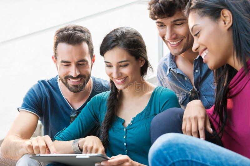 Freunde, die Digital-Tablet verwenden stockfoto