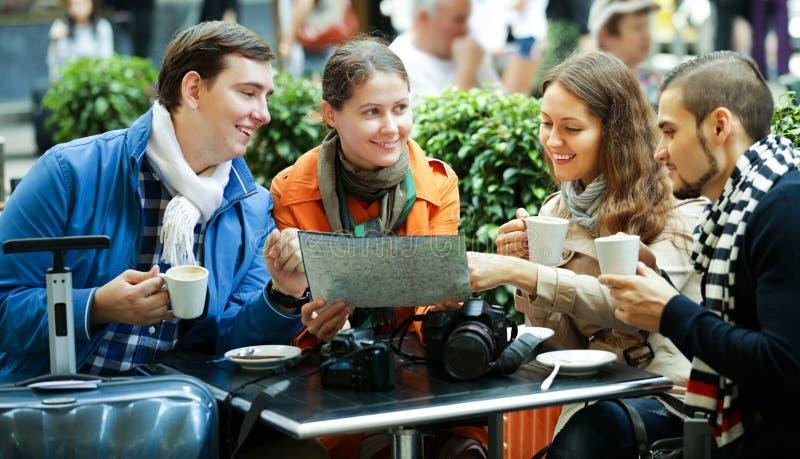 Freunde, die draußen Kaffee trinken stockbild