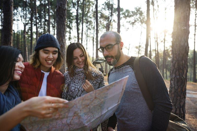 Freunde, die draußen Karten-Konzept überprüfen lizenzfreies stockfoto