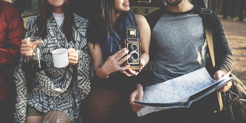 Freunde, die draußen Karten-Konzept überprüfen stockfoto