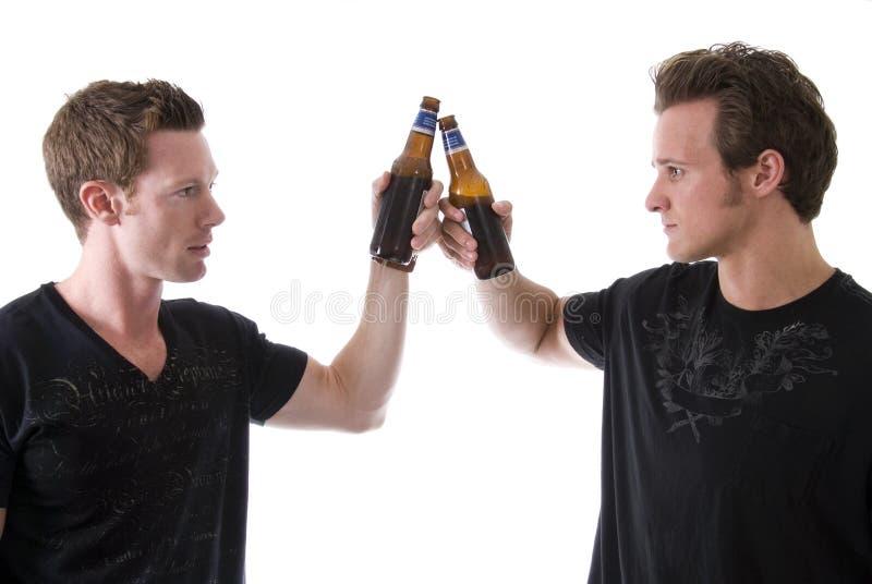 Freunde, die ein Bier essen stockfotos