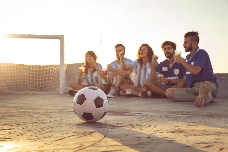 Freunde, die ein Fußballspiel aufpassen lizenzfreies stockbild
