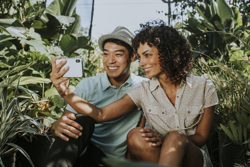 Freunde, die ein selfie an einem Garten nehmen stockbild