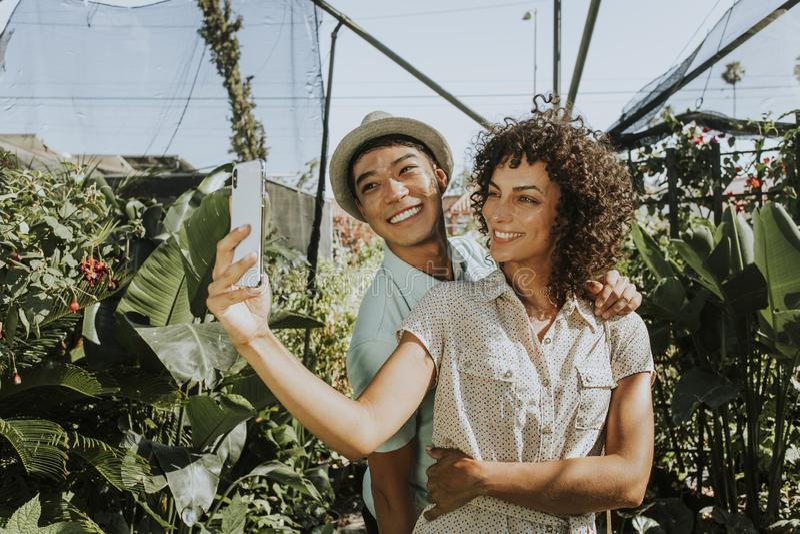 Freunde, die ein selfie an einem Garten nehmen stockfotos