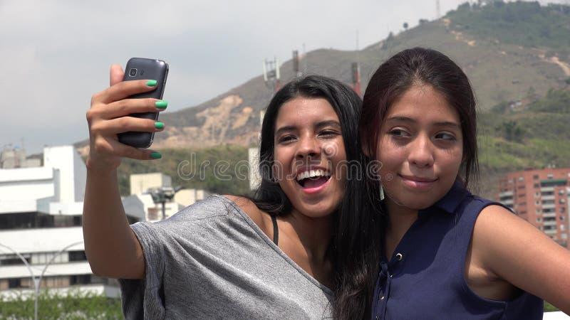 Freunde, die ein selfie nehmen stockfoto
