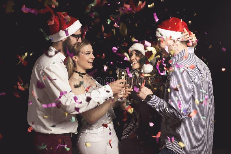 Freunde, die ein tost an der Partei des neuen Jahres machen stockfotos