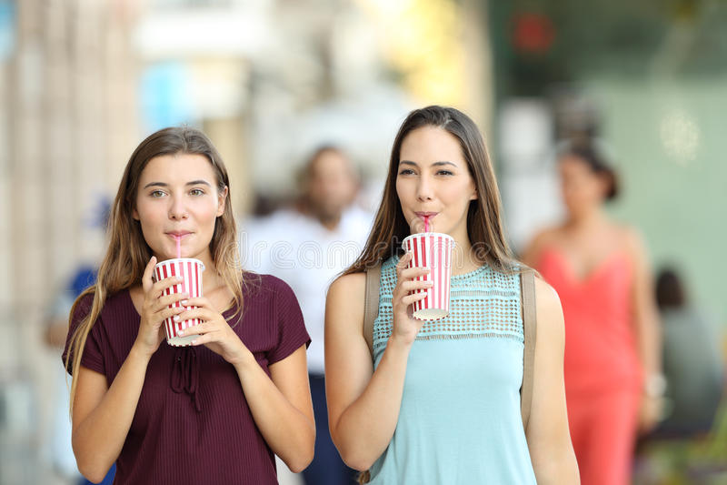 Freunde, die eine Mitnehmererfrischung trinken lizenzfreies stockfoto