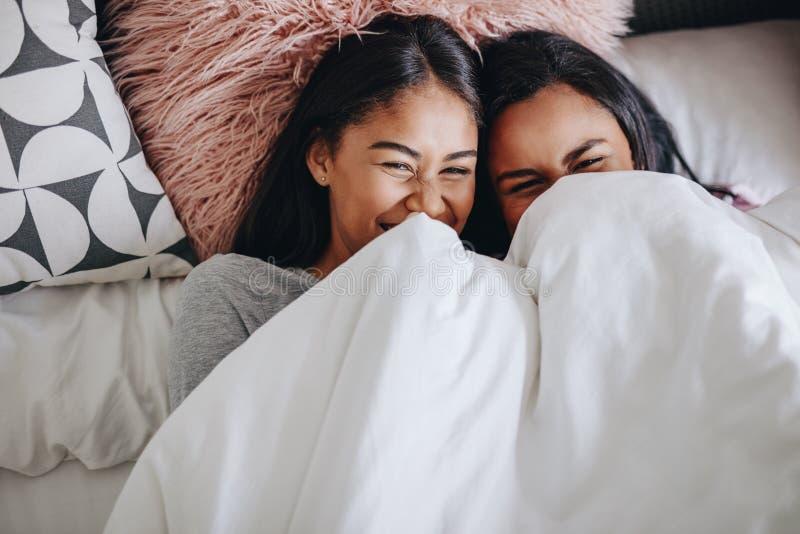 Freunde, die einen Sleepover haben stockfotografie