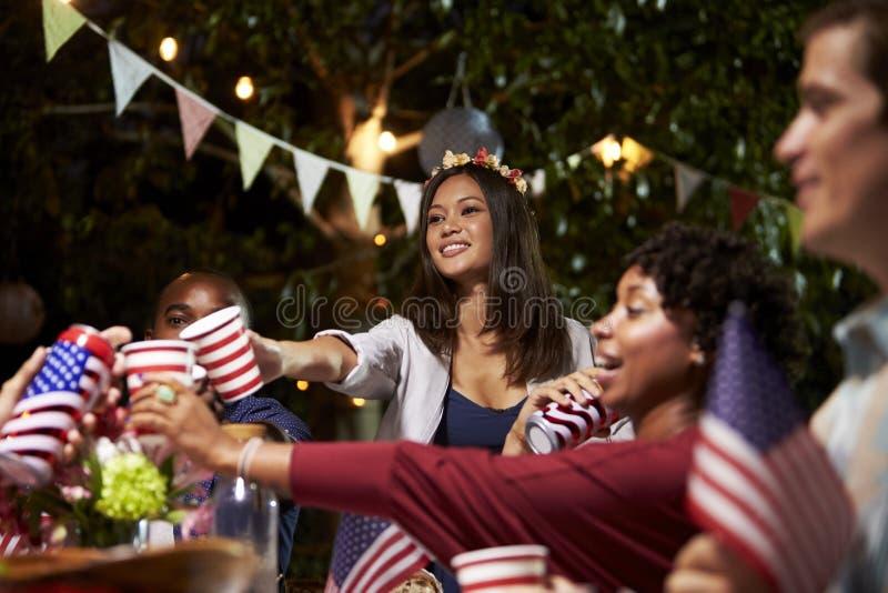Freunde, die einen Toast 4. von Juli-Feiertag feiern lassen stockfoto