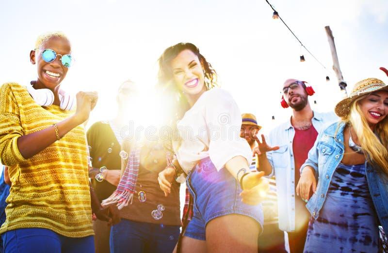 Freunde, die an einer Dachspitze tanzen lizenzfreies stockbild