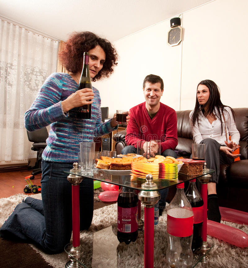 Freunde, die etwas trinken stockfotografie