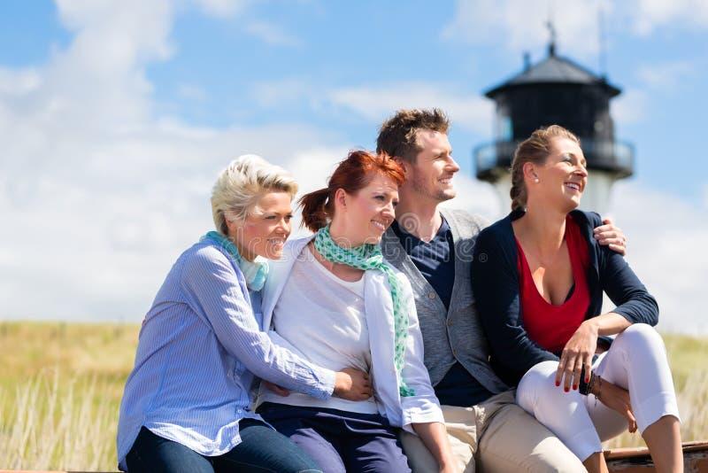 Freunde, die Ferien in deutscher Nordsee genießen stockbild