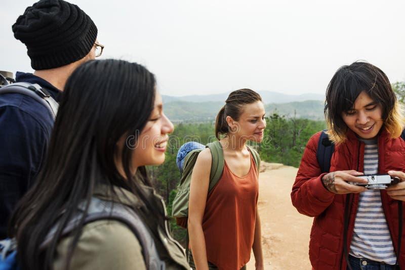 Freunde, die Foto-Kamera-Konzept überprüfen stockbilder
