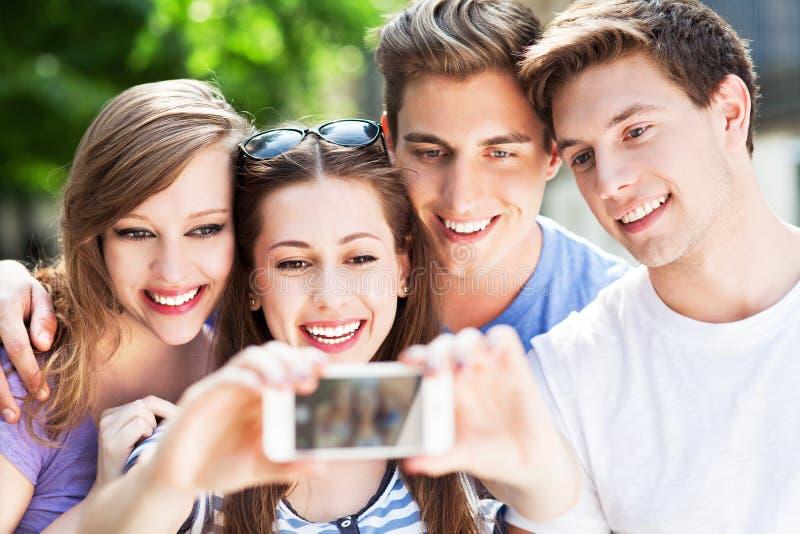Freunde, die Foto von selbst nehmen lizenzfreie stockfotografie