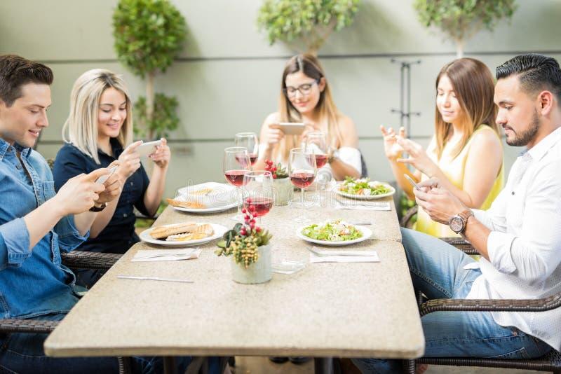 Freunde, Die Pizza Mit Bier Am Restaurant Essen Stockfoto