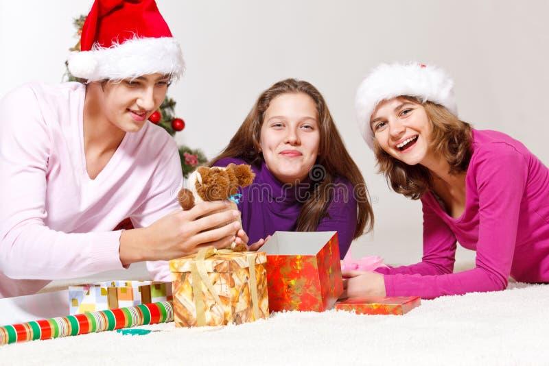 Freunde, die Geschenke packen stockfoto