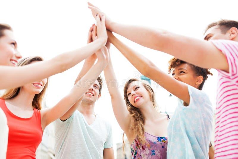 Freunde, die Händen sich anschließen lizenzfreies stockfoto