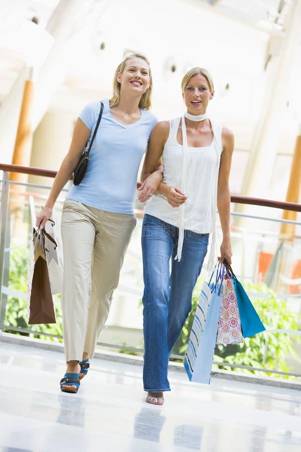Freunde, die im Mall kaufen lizenzfreie stockbilder