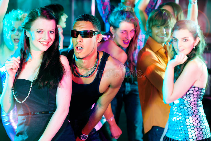 Freunde, die in Klumpen oder in Disco tanzen stockbild