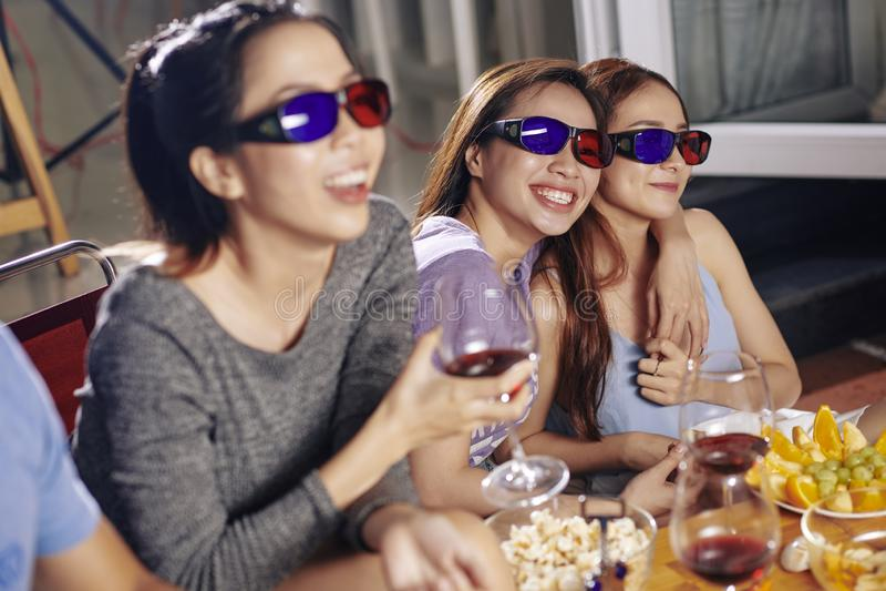 Freunde, die Komödienfilm aufpassen stockfotografie