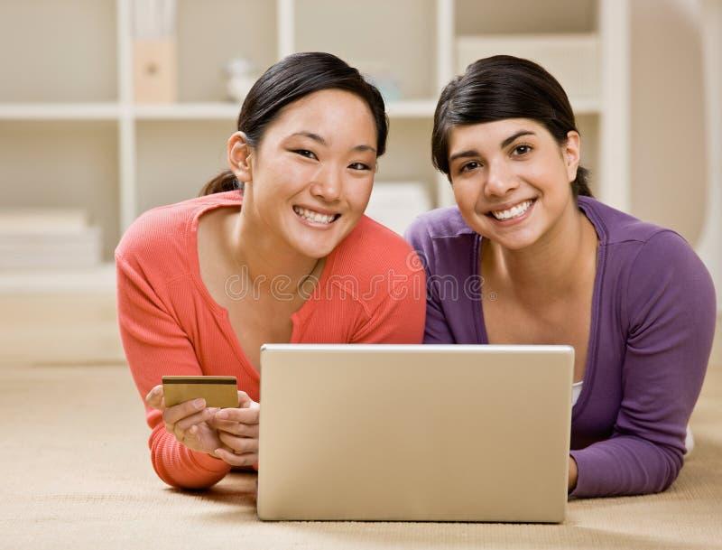 Freunde, die Kreditkarte verwenden, um Waren zu kaufen stockfotos
