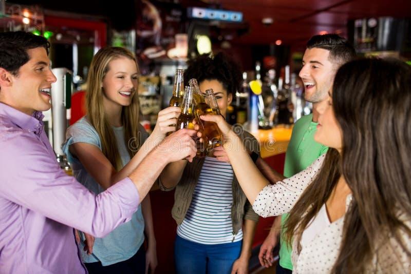 Freunde, die mit Bier rösten stockbild