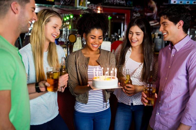 Freunde, die mit Kuchen feiern lizenzfreie stockfotos