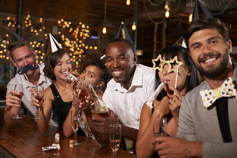 Freunde, die neues Yearï-¿ ½ s Eve an einer Partei in einer Stange feiern stockfoto