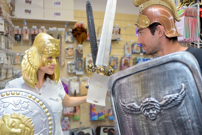 Freunde, die oben als Gladiatoren im fantastischen Bekleidungsgeschäft ankleiden lizenzfreie stockfotografie