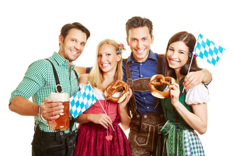 Freunde, die Oktoberfest feiern stockbild
