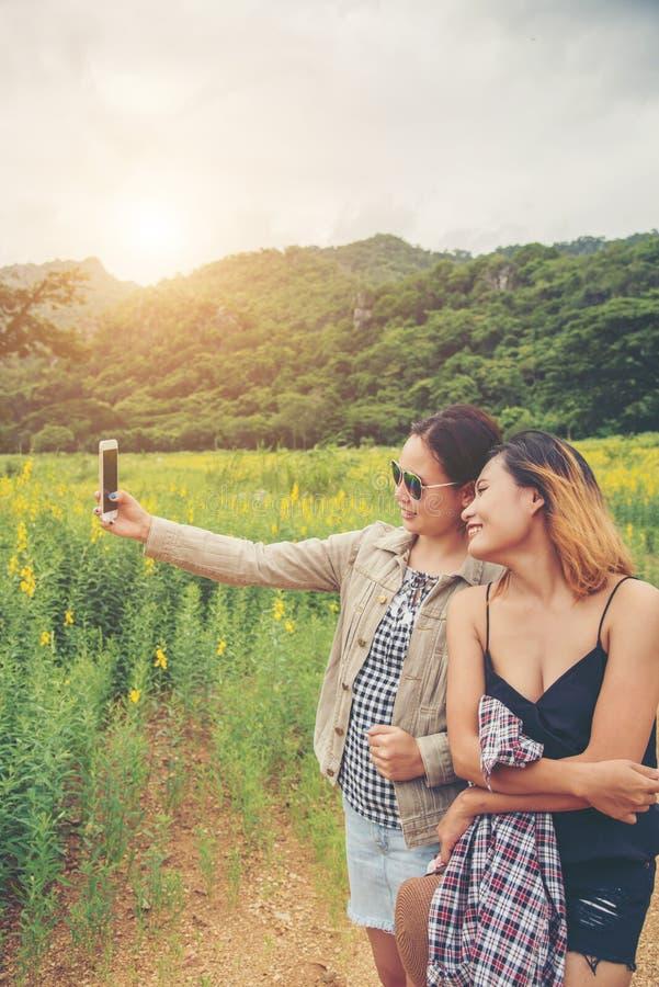 Freunde, die selfie machen Schöne junge Frau zwei, die selfie I nimmt lizenzfreie stockfotos